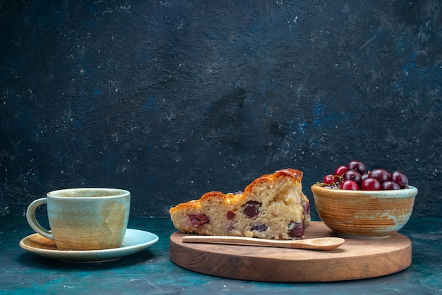 Вкусный вишневый пирог с вишней на темном фоне