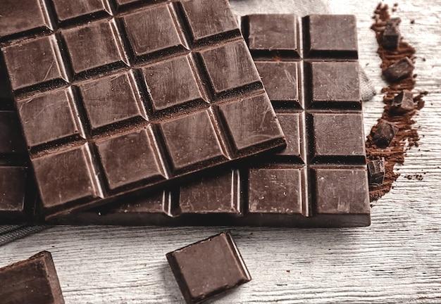 木製スペースにおいしいダークチョコレート