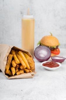 Вкусный картофель фри с луком и кетчупом