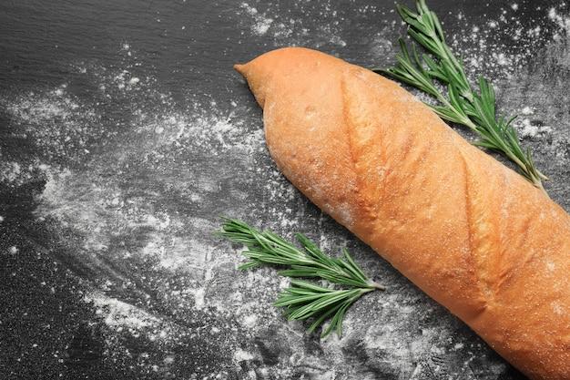 어둠에 허브와 함께 맛있는 신선한 빵
