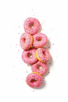 トッピングで飾られたおいしい自家製ドーナツ