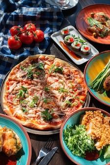 아름다운 설정, 밝은 조명의 뷔페 테이블에 맛있는 수제 피자