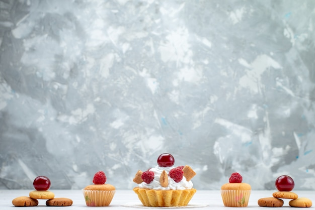 Gustosissime torte con lamponi insieme a biscotti su torta leggera biscotto bacca dolce cuocere frutta