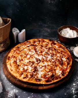 회색 표면에 치즈가 들어간 맛있는 피자