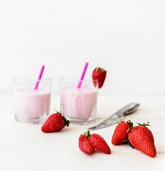 Вкусный клубничный молочный коктейль и соломка