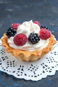 ダークグレーのベリーとクリームのおいしい甘いケーキ