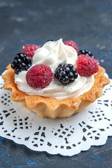 Gustosissima torta dolce con frutti di bosco e crema su grigio scuro