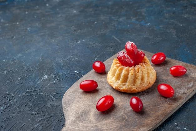 ダークグレーに赤いハナミズキのおいしい甘いケーキ
