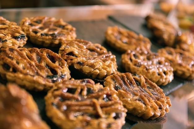맛있는 타르트. 프랑스 빵집의 창 디스플레이에 블루 베리 채우는 서있는 작은 맛있는 타르트