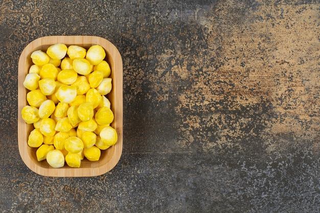木の板においしい黄色いキャンディー。