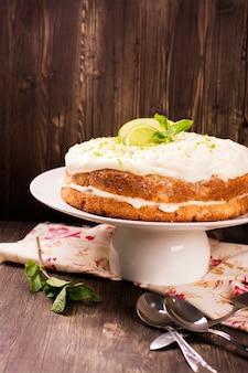 Yummy домодельный торт колибри над старой деревенской предпосылкой.