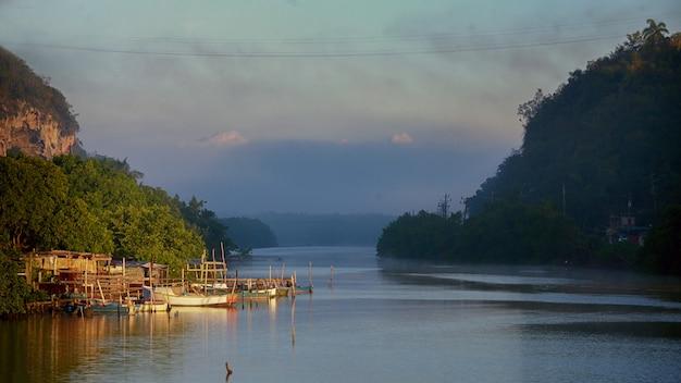 잔잔한 물, 부드러운 하늘, 높은 언덕이 있는 쿠바, 마탄자스의 유무리 강