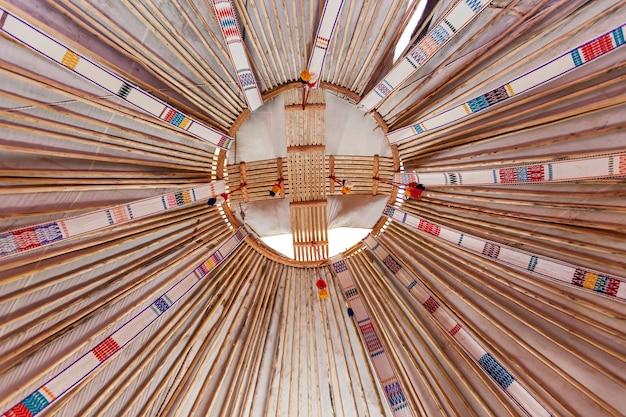 유르트 지붕 중앙 아시아의 전형적인 유르트 유목민 이동식 주택의 내부