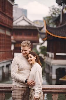 Пара молодоженов, показывая привязанность в шанхае возле yuyuan.