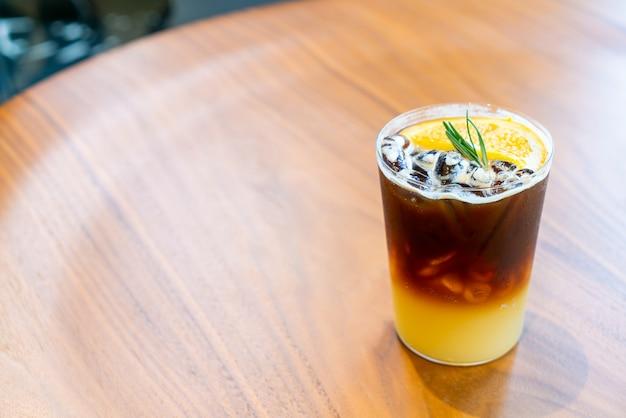 커피 숍 카페 레스토랑에서 유자 오렌지 커피 잔