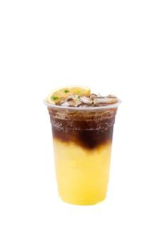 흰색 배경에 격리된 소다와 블랙 커피가 섞인 유자 오렌지 주스는 커피숍의 건강 메뉴입니다.