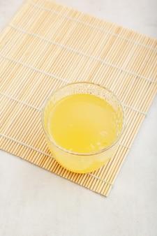 ガラストップビューのゆず茶またはユジャ茶人気のアジアの柚子茶セレクティブフォーカスコピースペース