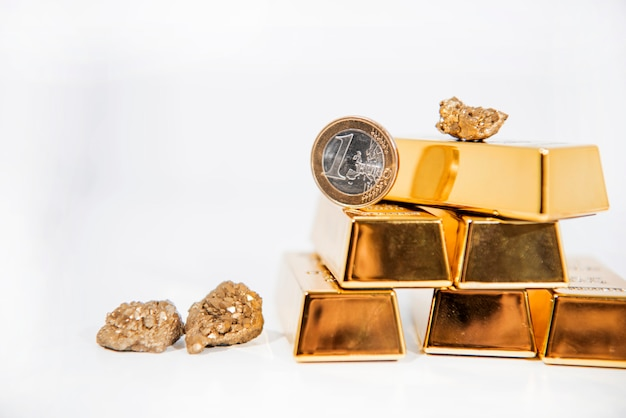 金の延べ棒が付いている自然な水晶金のzの水晶。