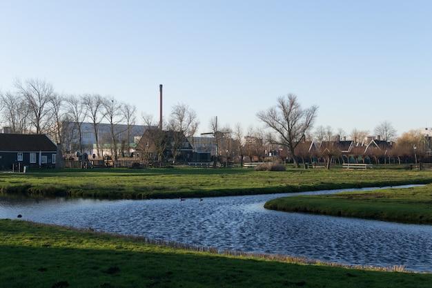 ザーンセスカン、オランダの村の近くの水