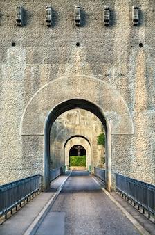 Fribourg, 스위스의 sarine 강 건너 zaehringen 다리