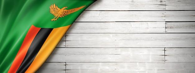 Флаг замбии на старой белой стене. горизонтальный панорамный баннер.