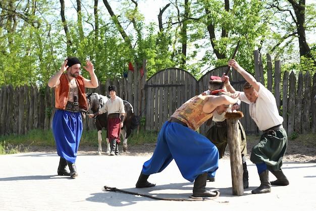 Запорожский казак из запорожского войска в национальном костюме с плеткой Premium Фотографии