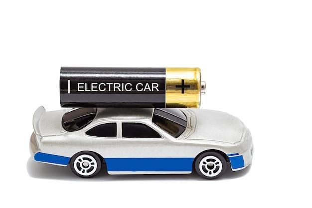 Zaporozhye, 우크라이나-2020 년 2 월 12 일 : 지붕 위에 aa 배터리가 장착 된 장난감 자동차. 전기 자동차의 개념입니다. 흰색으로 격리.