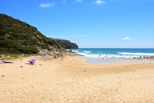 Пляж zavial, вила-ду-биспо, алгарве, португалия