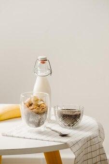 Zbanana йогуртовый пудинг с чиа, украшенный нарезанным спелым бананом и арахисом
