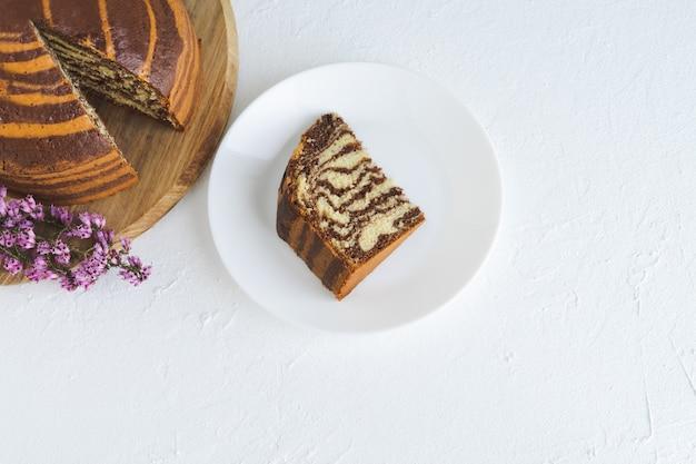 흰색 바탕에 보라색 꽃과 흰색 바탕에 얼룩말 케이크