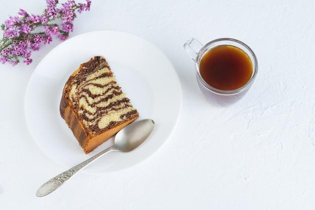 흰색 바탕에 커피와 얼룩말 케이크