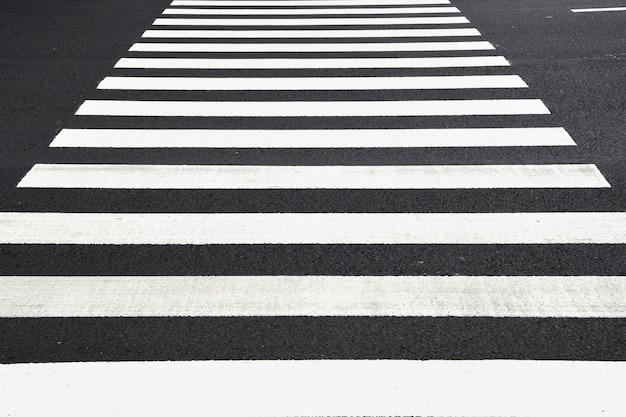 道路を横断する人々の安全のためのシマウマの交差パターン