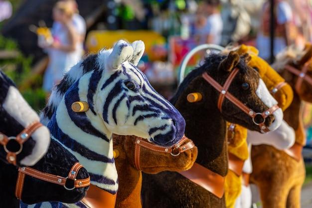 Игрушки зебры, лошади и осла в парке