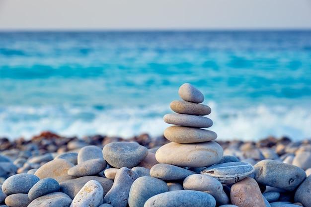해변에 선 균형 돌 스택 프리미엄 사진