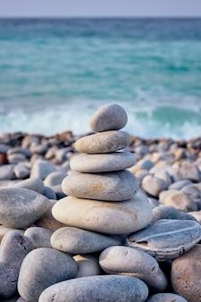 禅のバランスの取れた石がビーチにスタックします。
