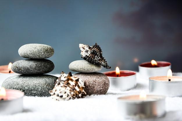 禅のコンセプト、スパの小石、燃えるアロマキャンドル、貝殻