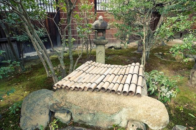石灯籠と閉じたドローウェルを備えた禅の庭の断片