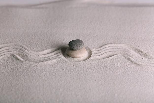 砂の表面に石がある禅庭園
