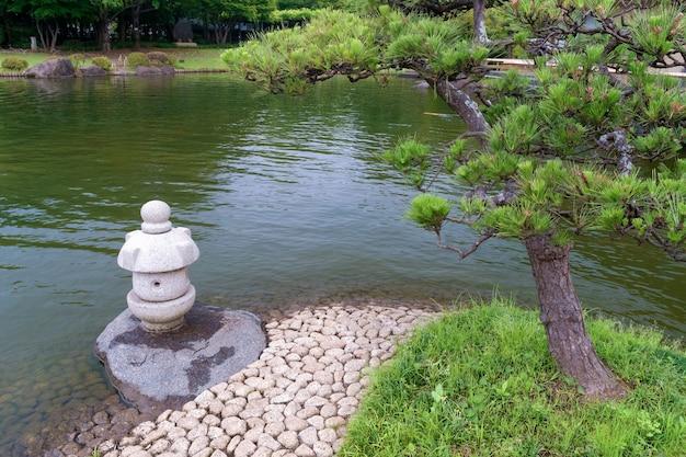 松の木と石灯籠のある禅の風景