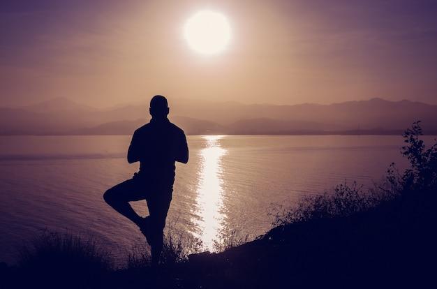 ビーチで日没時の禅瞑想