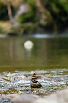 イタリア、サルデーニャ島の小さな小川にある禅の岩