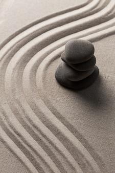 선 돌 정원 둥근 돌과 레이크 모래