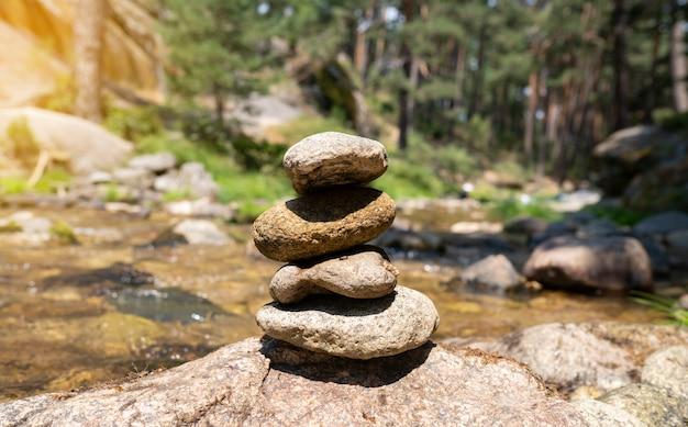 Камни дзен в лесу у реки