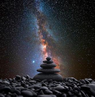 Камни дзен в равновесии с млечным путем