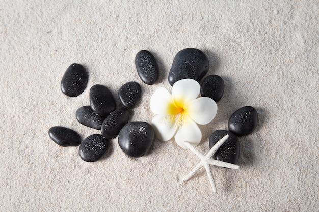 Дзен камни на песчаном пляже