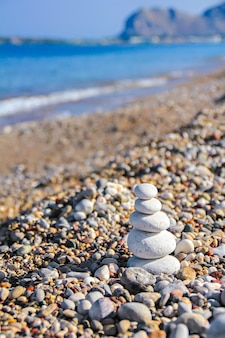 Камни дзэн сложены на пляже