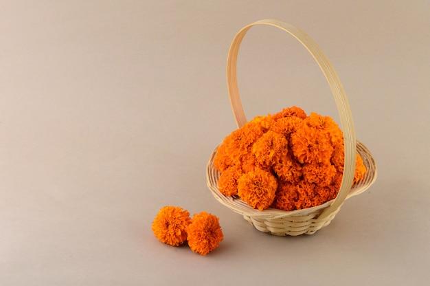 竹かごの中のマリーゴールド(zendu flowers)の花。