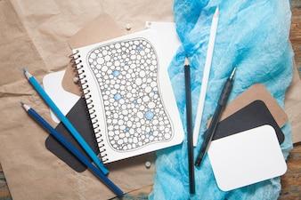 ノートブック、暗い茶色の木製の背景、落書きのZentangleスタイルの図面