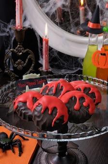 ハロウィーンのテーブルに血まみれの縞模様のチョコレート釉薬をかけたゼファー