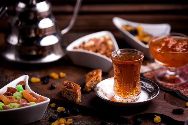 Ð ° zeri baklava con noci e una tazza di tè